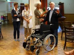 laverhof schenkt rolstoel aan de vink